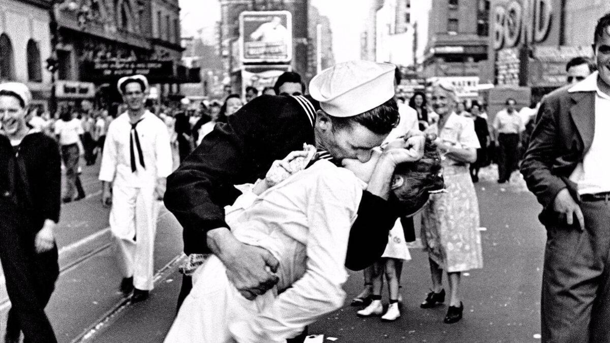 The infamous photo of a WWII-era kiss between a sailor and woman in Times Square, NYC.