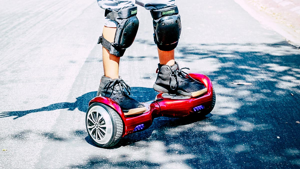 Closeup of a kid standing on the swagBOARD T1 Sport (red).